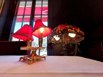 カフェフランセユキのテーブル、アンティーク調シェードランプ