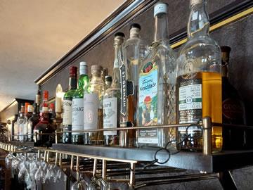 カフェフランセユキカウンターに世界のお酒が並んでいる