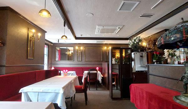 創業18年目にダークブラウンを基調とした古き良き時代の巴里風内装になりました
